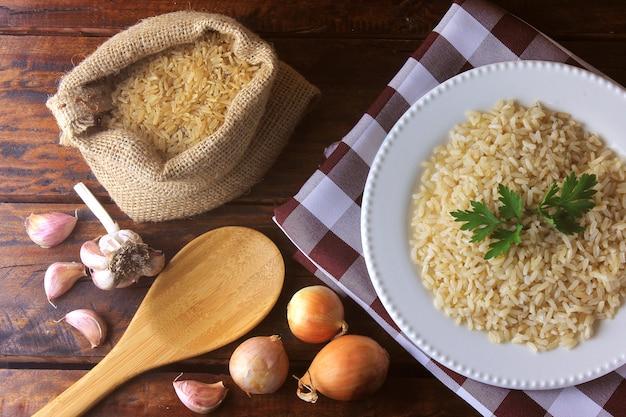 Brązowy ryż w rustykalnej torbie. ryż integralny