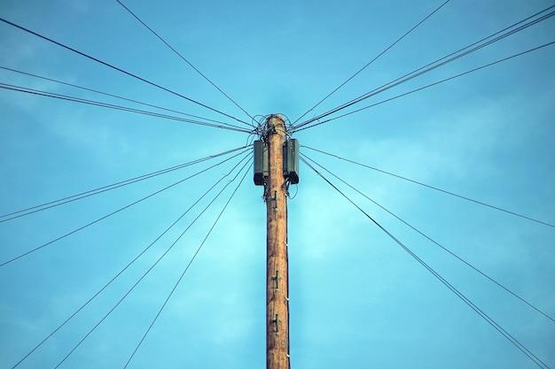 Brązowy słupek elektryczny