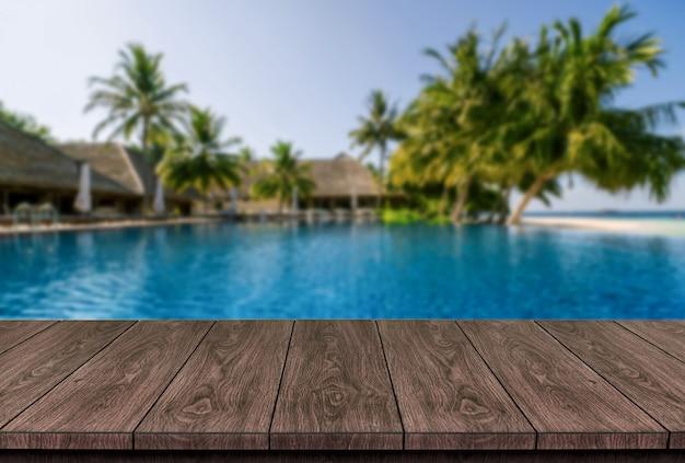 Brązowy stół z drewna w letnim kurorcie nadmorskim z pustym miejscem na kopię na stole do wyświetlania produktów