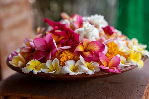 Brązowy talerz ceramiczny z ozdobnymi kwiatami na górze