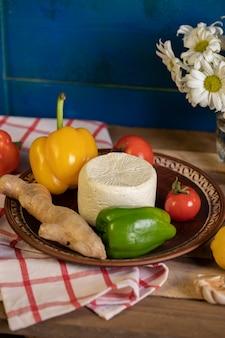 Brązowy talerz z serem, pieprzem i imbirem w środku