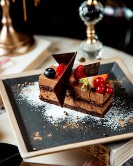 Brązowy tort z jagodami na stole