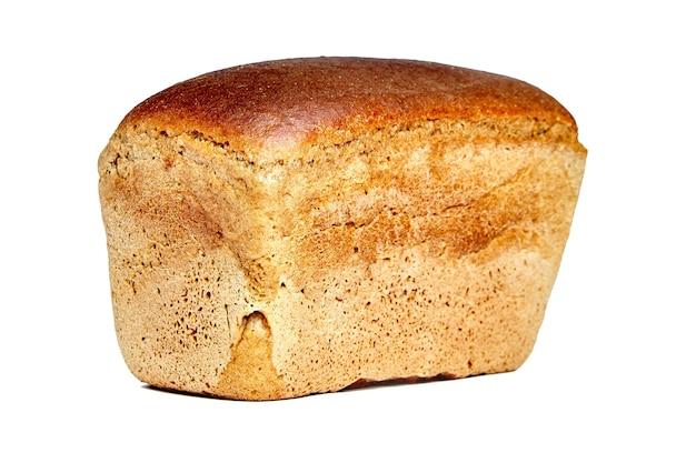 Brązowy warzony chleb w formie cegły, na białym tle