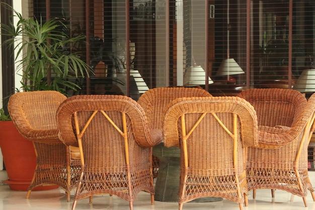 Brązowy wiklinowy fotel z rattanu
