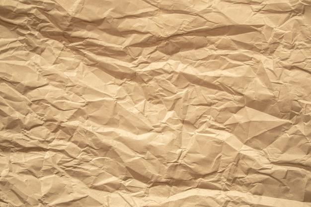 Brązowy zmięty papier z bliska tekstury tła