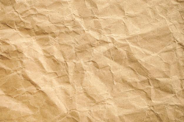 Brązowy zmięty papier z recyklingu
