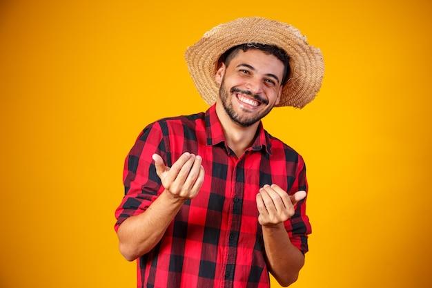 Brazylijczyk ubrany w typowe stroje na festa junina