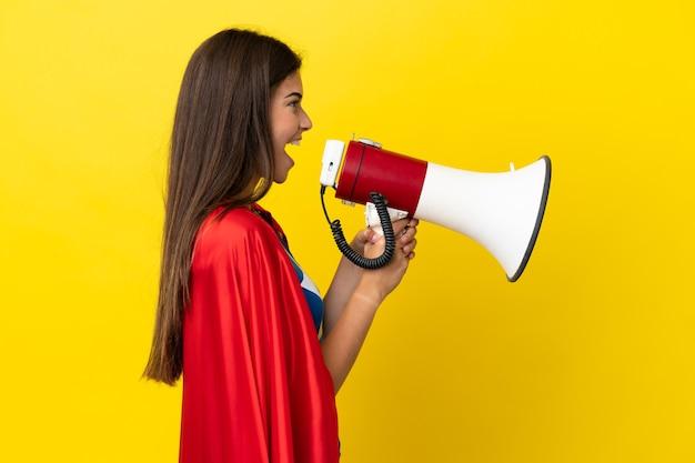 Brazylijka super hero na żółtym tle krzycząca przez megafon