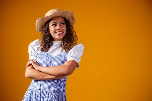 Brazylijka ubrana w typowe dla festa junina ubrania ze skrzyżowanymi ramionami