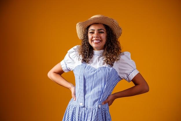 Brazylijka ubrana w typowe stroje na festa junina