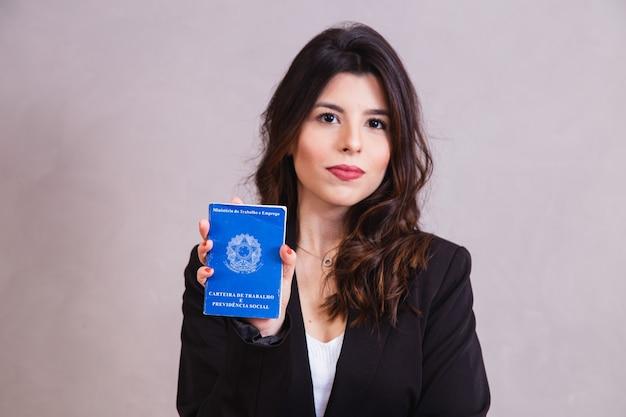 Brazylijka z dokumentami i ubezpieczeniem społecznym (carteira de trabalho e previdencia social)