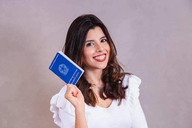 Brazylijka Z Dokumentami I Ubezpieczeniem Społecznym (carteira De Trabalho E Previdencia Social) Premium Zdjęcia