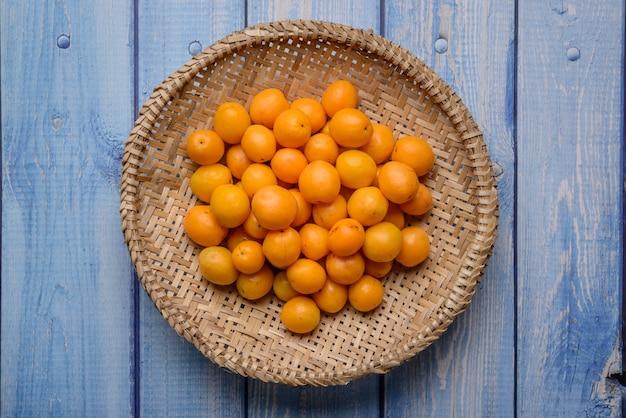 Brazylijska caja owocowa w koszu ze słomy.