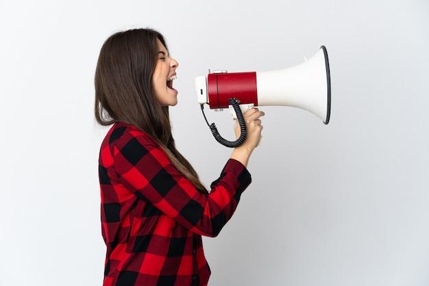 Brazylijska dziewczyna nastolatka na białym tle krzycząc przez megafon