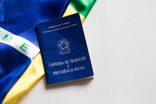 Brazylijska karta pracy z brazylijską flagą w tle.