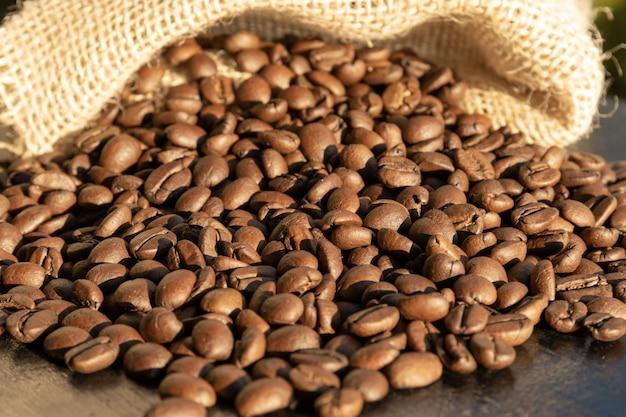 Brazylijska kawa ziarnista w torbie w słońcu