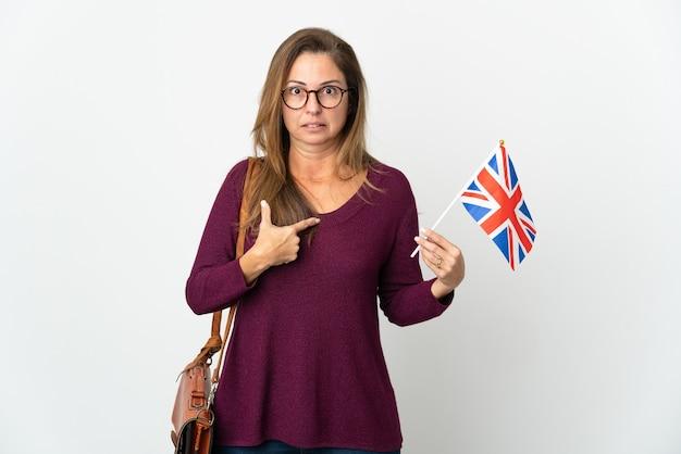 Brazylijska kobieta trzyma flagę wielkiej brytanii
