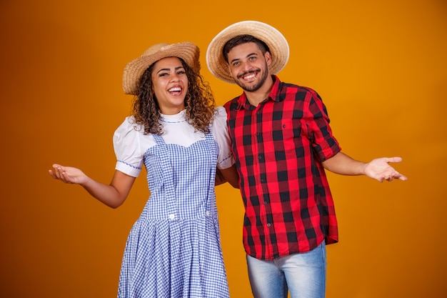 Brazylijska para ubrana w tradycyjne stroje na festa junina
