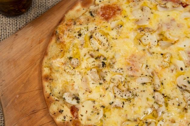 Brazylijska pizza z grzybami, serem i oregano, widok z góry