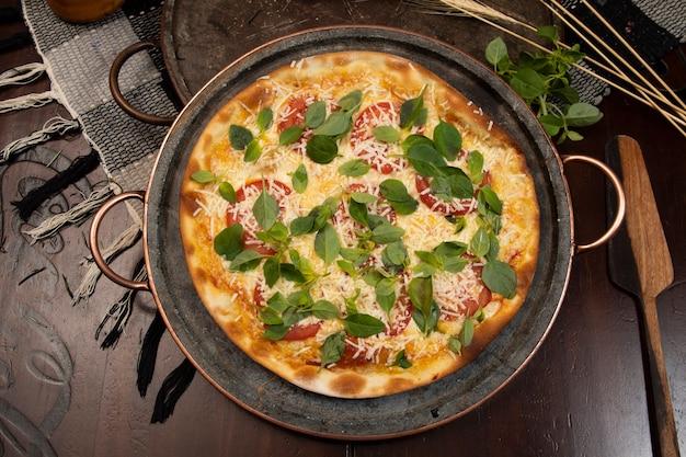 Brazylijska pizza z pepperoni, serem i rukolą, widok z góry