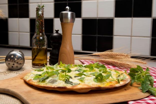 Brazylijska pizza z serem, mozzarellą i bazylią, widok z góry