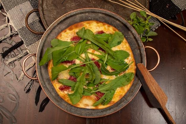 Brazylijska pizza z suszonymi pomidorami, rukolą i mozzarellą. tradycyjna brazylijska pizza