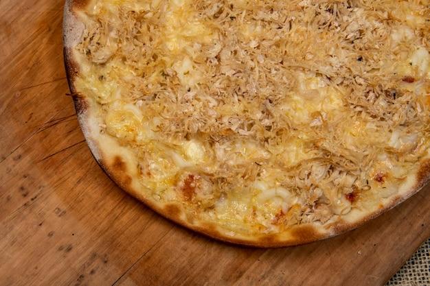 Brazylijska pizza z szatkowanego kurczaka z twarogiem, widok z góry