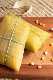 Brazylijska przekąska kukurydziana znana jako pamonha na desce do krojenia.