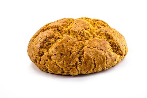 Brazylijski chleb kukurydziany na odosobnionej białej powierzchni