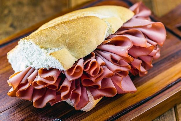 Brazylijski chleb z mortadeli, typowa przekąska w mieście são paulo