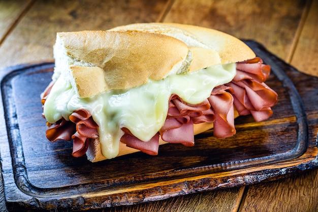 Brazylijski chleb z mortadeli, typowa przekąska w mieście