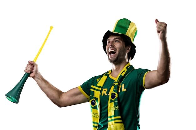 Brazylijski fan świętuje, na białej przestrzeni.