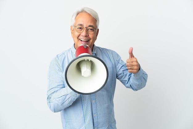 Brazylijski mężczyzna w średnim wieku na białym tle krzyczy przez megafon, aby coś ogłosić i kciukiem do góry