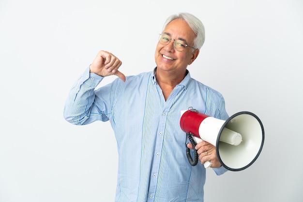 Brazylijski mężczyzna w średnim wieku na białym tle trzymający megafon, dumny i zadowolony z siebie