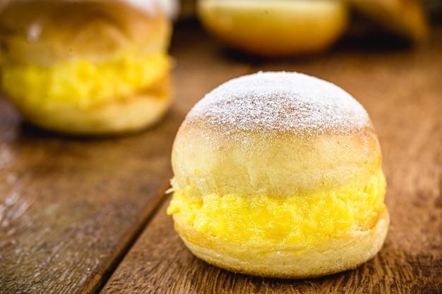 """Brazylijski pączek zwany """"piekarniczym snem"""", słodkie pieczywo, krem jajeczny i cukier"""