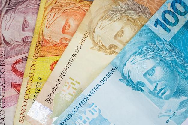 Brazylijski pieniądze i monety na stole.