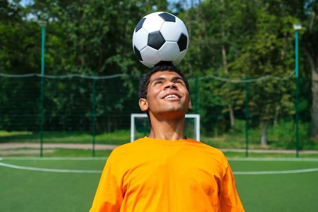 Brazylijski piłkarz trenuje i poprawia kontrolę nad piłką nożną na boisku sportowym