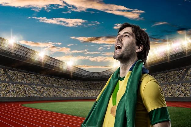 Brazylijski sportowiec zdobycie złotego medalu na stadionie lekkoatletycznym.