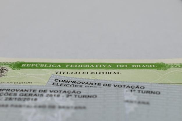 Brazylijski tytuł wyborczy i karty do głosowania z białym tłem tytuł wyborcy brazylii