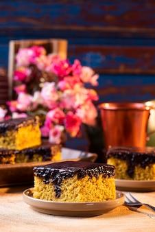 Brazylijskie ciasto marchewkowe z polewą czekoladową.