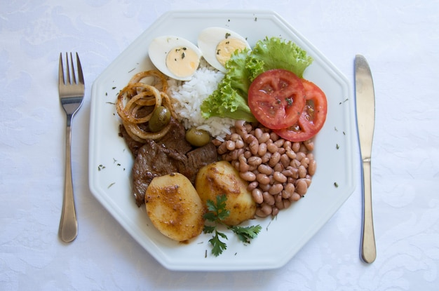 Brazylijskie danie żywności na białym stole, widok z góry.