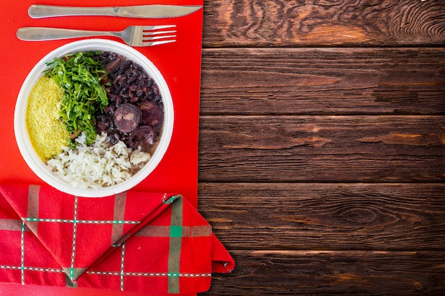 Brazylijskie jedzenie feijoada. widok z góry - obraz