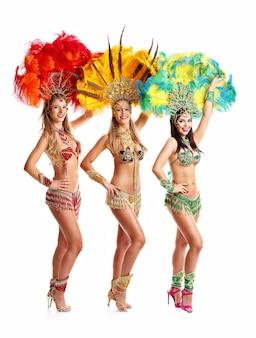 Brazylijskie kobiety tańczą muzykę samby na imprezie karnawałowej
