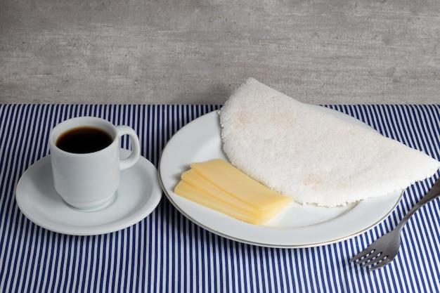 Brazylijskie północno-wschodnie jedzenie znane jako tapioka z serem i kawą.