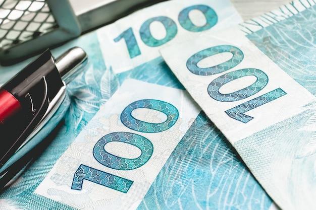 Brazylijskie realne banknoty w fotografii zbliżeniowej dla koncepcji brazylijskiej gospodarki
