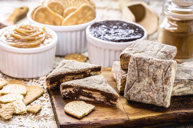 """Brazylijskie słodycze zwane """"palha italiana"""", wykonane z czekolady, ciastek ze skrobi kukurydzianej, dulce de leche, kakao i cukru."""