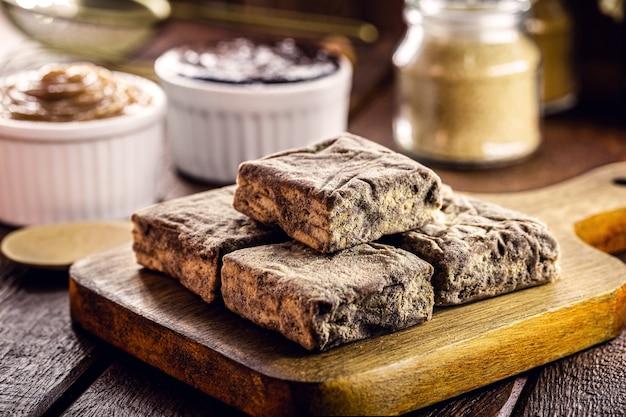 """Brazylijskie słodycze zwane """"włoską słomką"""", wykonane z czekolady, ciastek ze skrobi kukurydzianej, dulce de leche, kakao i cukru."""