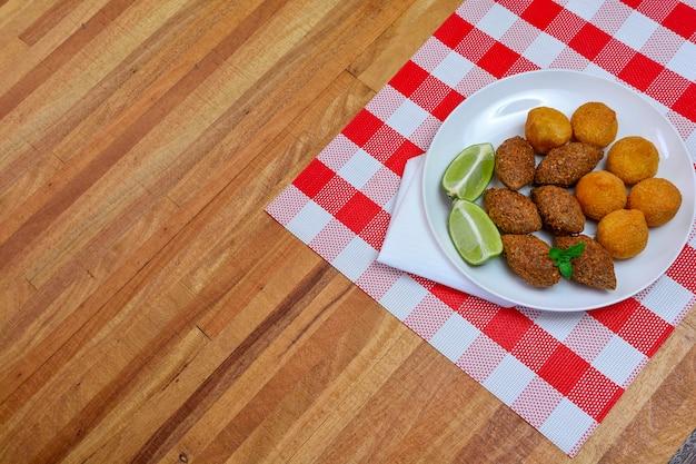 Brazylijskie smażone w głębokim tłuszczu kibe i przekąska z kurczaka - popularne na lokalnych przyjęciach.
