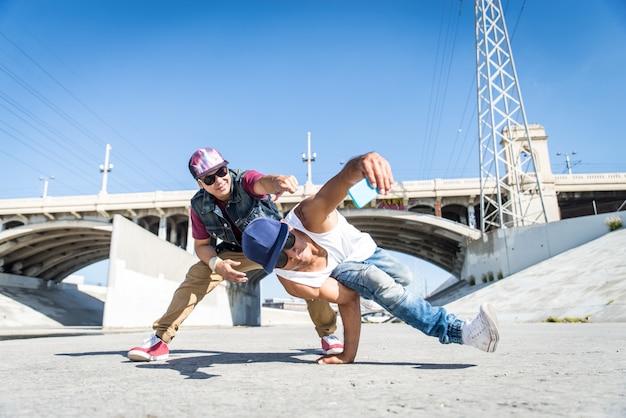 Breakdancers przy selfie