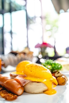 Breakfast eggs benedict tosty angielskie muffiny. pyszne śniadanie z jajkami benedykta